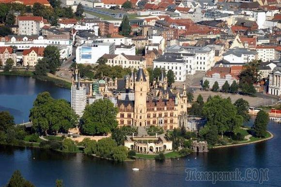 Замок на воде - величественное сооружение, полностью окруженное рекой, озером, или морем. Окружающая замок вода эффективно использовалась в качестве препятствия и защиты от захватчиков. Во многих мест...