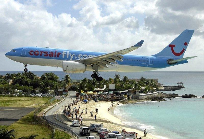 Фото посадки самолета на пляже