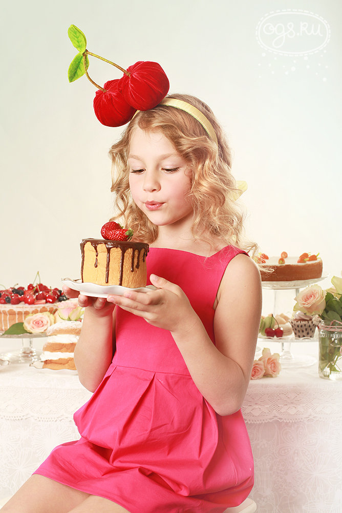 Картинка девушка с тортиком