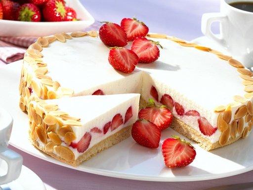 Творожный торт с ягодами клубники фото