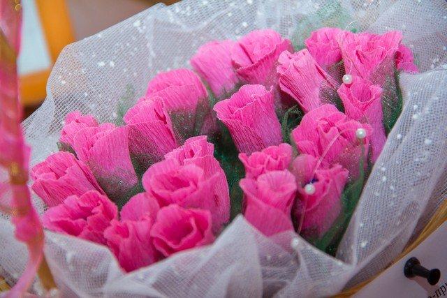 Как упаковать букет роз из гофрированной бумаги