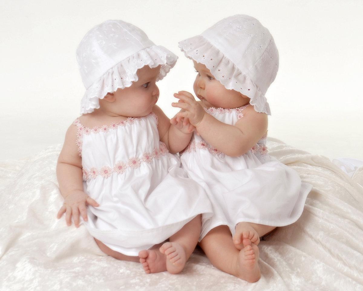Открытка девочки двойняшки, девушка