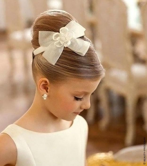 Для того чтобы сделать романтические локоны можно использовать бигуди либо плойку, а также утюжок для волос.