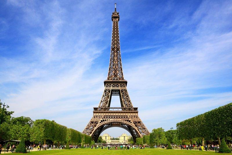Достопримечательностью Парижа номер один вот уже второе столетие остается Эйфелева башня. Она видна с любой точки города и известна всему миру