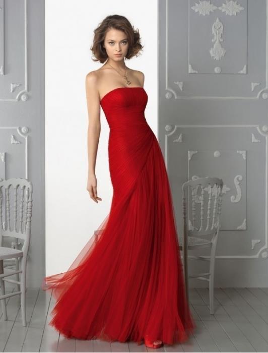 Красное платье без бретелей