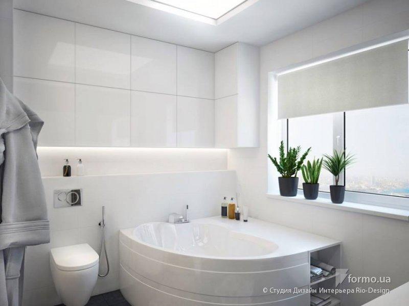 Светлая ванная с окном.