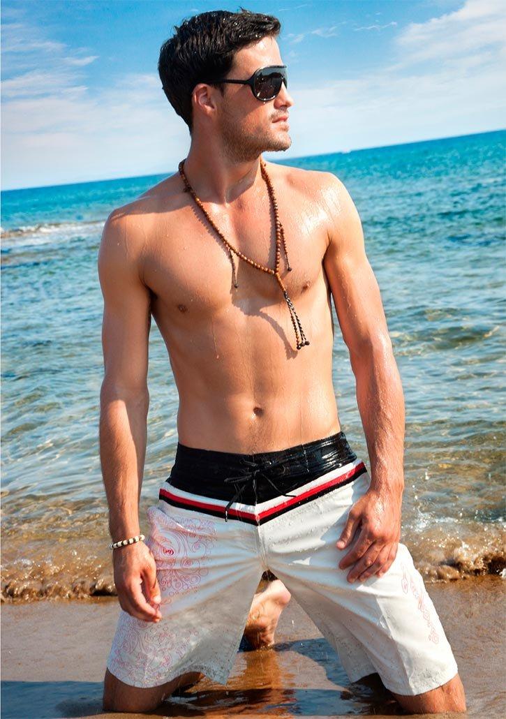 Стильный мужчина на пляже / красивый парень пляж