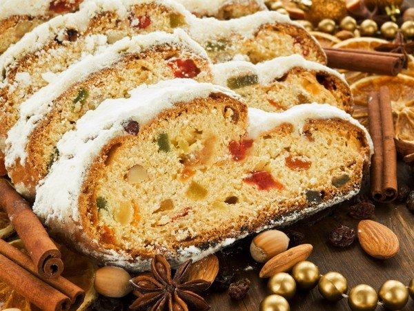 Штоллен — этой популярный рождественский кекс, которая своей формой и белым цветом должен напоминать завернутого в пеленки Христа-младенца