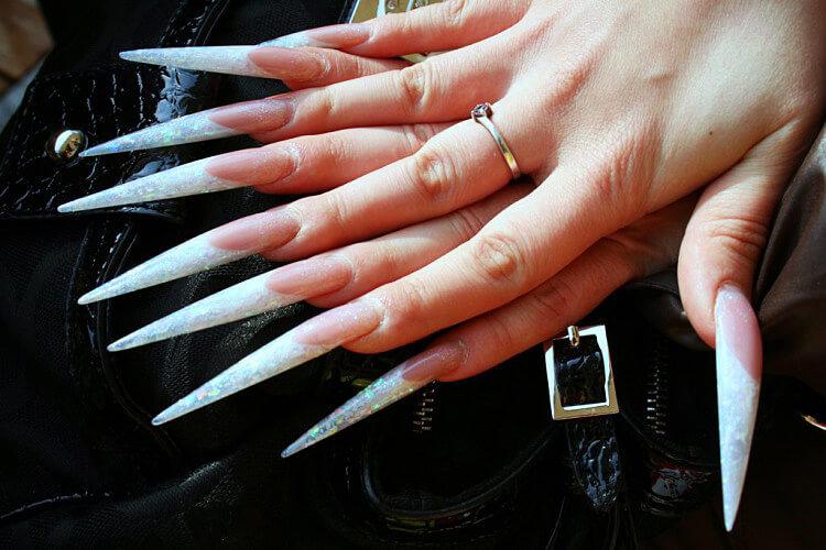 Ногти длинные заостренные