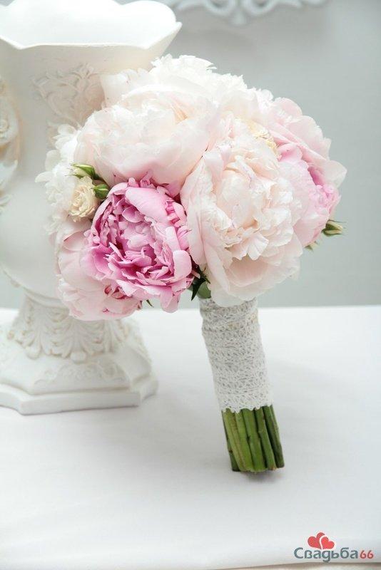 Круглый свадебный букет невесты из пионов