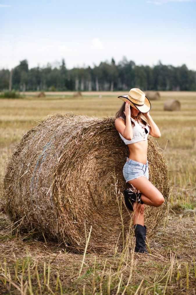 диапазон на сеновале летом девушек капнуть