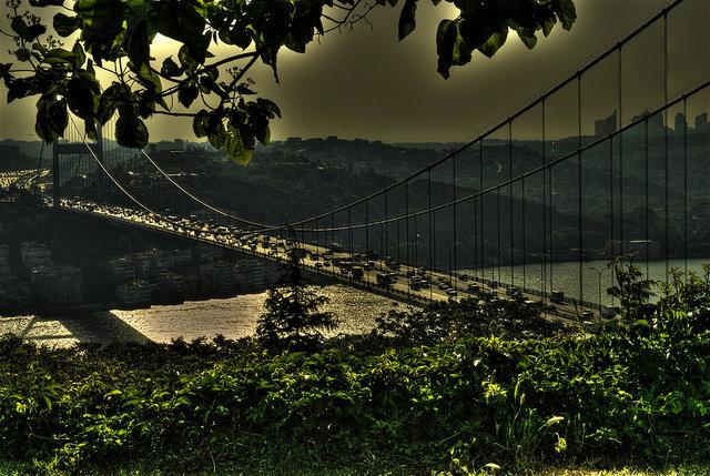 Мост Султана Мехмеда Фатиха через пролив Босфор. Длина моста — 1510 метров. Мост был сооружён японскими строителями. Проезд по мосту платный, проход по мосту пешеходам закрыт в связи с тем, что мост регулярно пытались использовать для совершения самоубийства.
