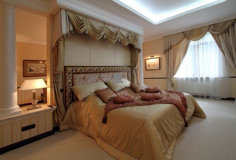 Огромная кровать в викторианском стиле