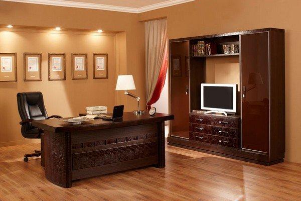 интерьер кабинета с при потолочным освежением и настольной ломпой