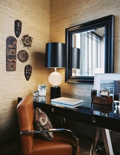 африканские маски на стене - отличный декор кабинета