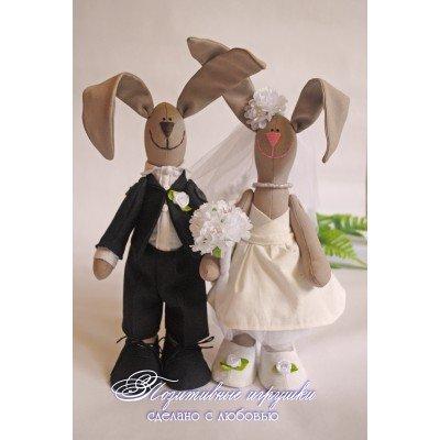 Тильда-зайчики жених и невеста станут прекрасным подарком молодоженам, или паре на годовщину свадьбы! Платье невесты выполнено из шикарного американского хлопка молочного цвета с изысканным рисунком.