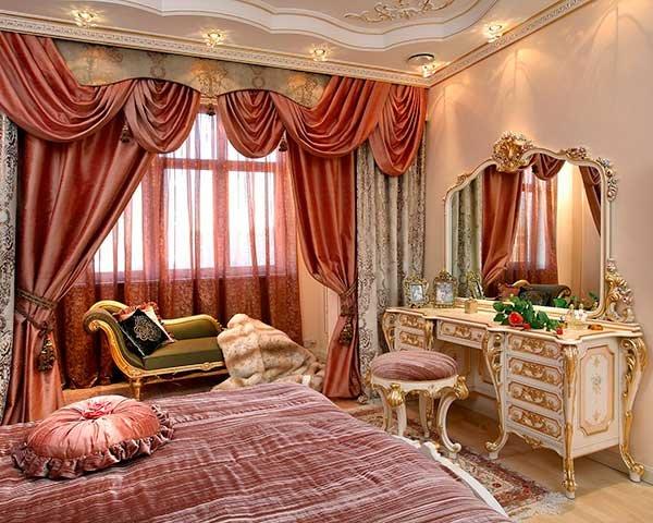 Главный принцип дизайна – витиеватость и объемность изысканного декора, огромное количество мелких деталей, благородство фактуры, широкое использование позолоты и зеркал