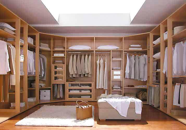 Фото гардеробных комнат пеобразной формы.