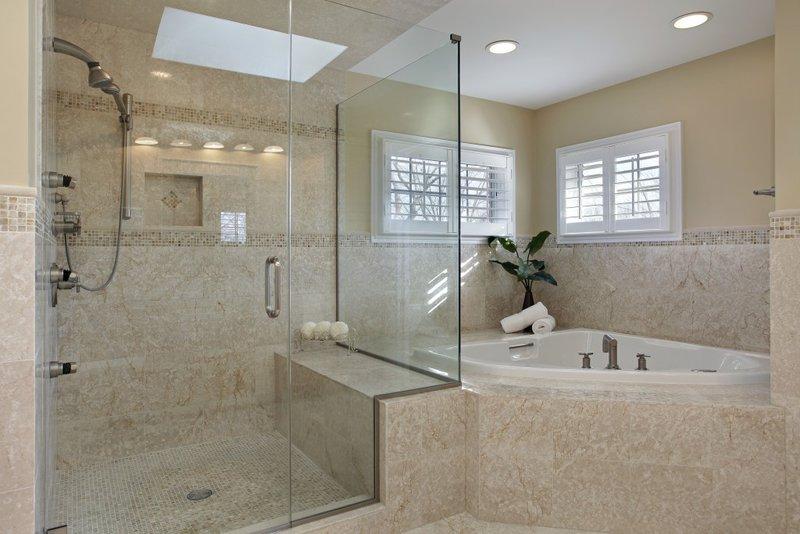 Дизайн ванной комнаты с душевой кабиной необходимо разрабатывать индивидуально, учитывая особенности помещения, его площадь, высоту потолка, а также интерьер квартиры в целом.
