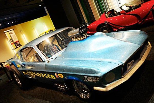 Автомобиль Ford Mustang Malco Gasser Dragster 1967 в автомобильном музее Petersen