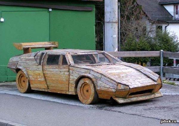 Автомобиль, сделанный полностью из дерева - прикольная картинка.
