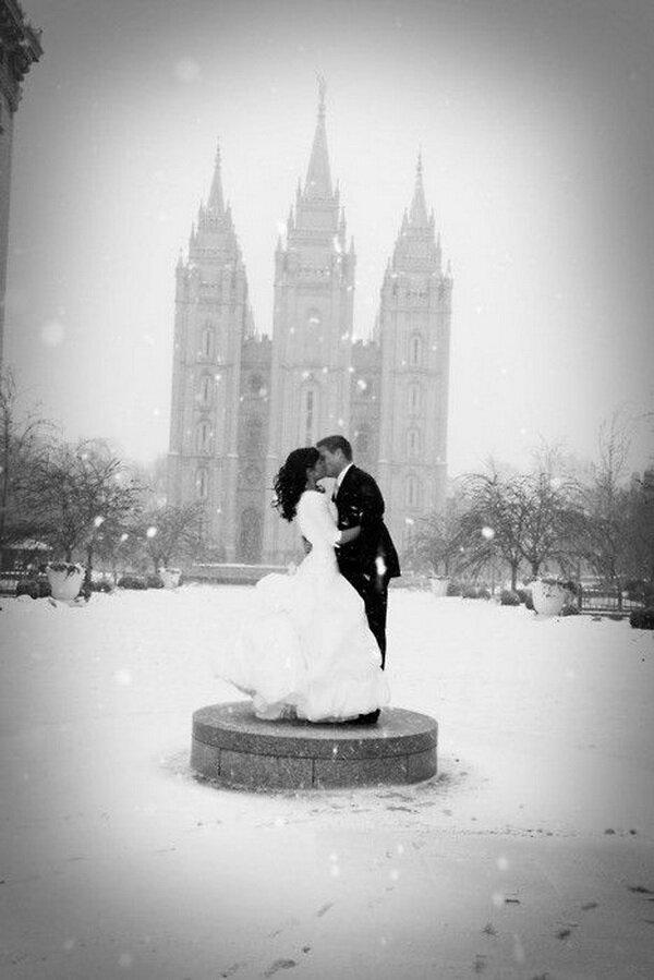 Идея фотосессии для зимней свадьбы в снегопад
