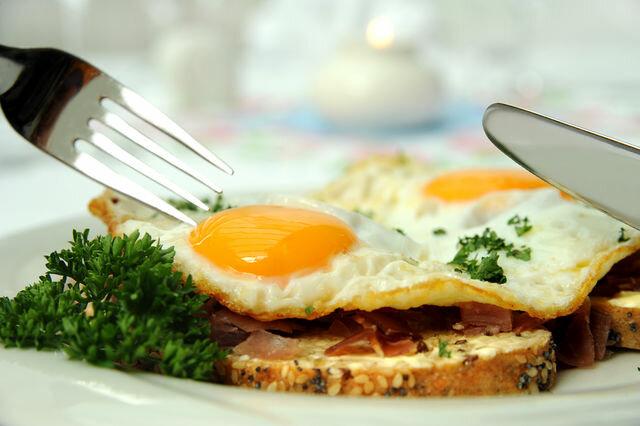 Каша, жареная картошка или омлет могут выглядеть ярко, стильно, интересно, если оформить их должным образом