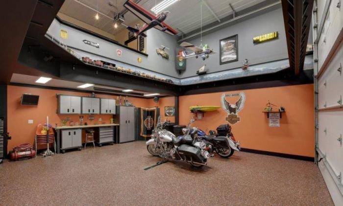 Мото и модели самолётов под потолком