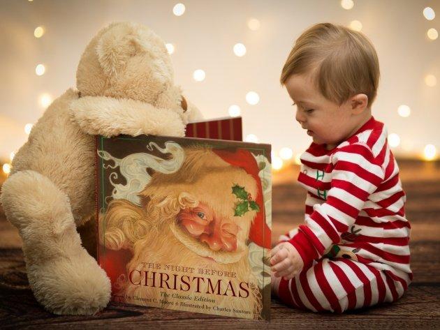 Обои Ребенок, книга и медведь, фото, картинки