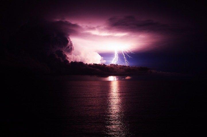 Потрясающие фотографии молний, освещающих ночное небо