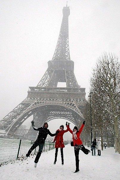 у эйфеловой башни зимой