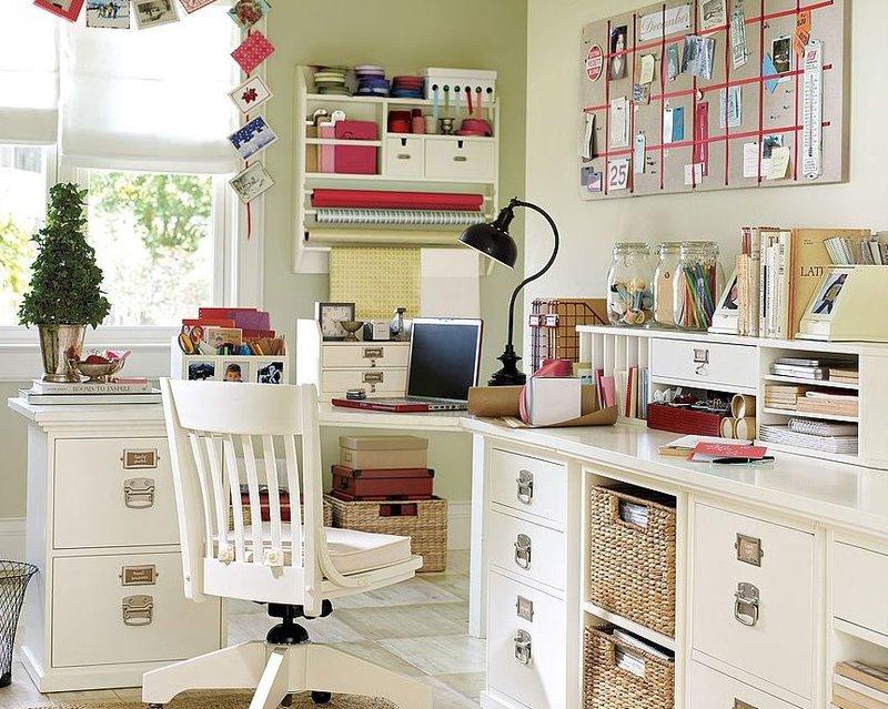 домашний кабинет - это деревянный письменный стол, удобный, массивный стул, стеллажи с книгами и дополнительное освещение рабочей техники.