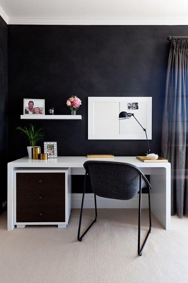 Маленький домашний кабинет с черными стенами и белой мебелью в современном стиле.
