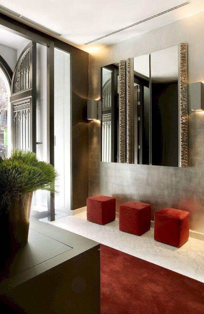 Декоративное зеркало в прихожей с рельефными краями