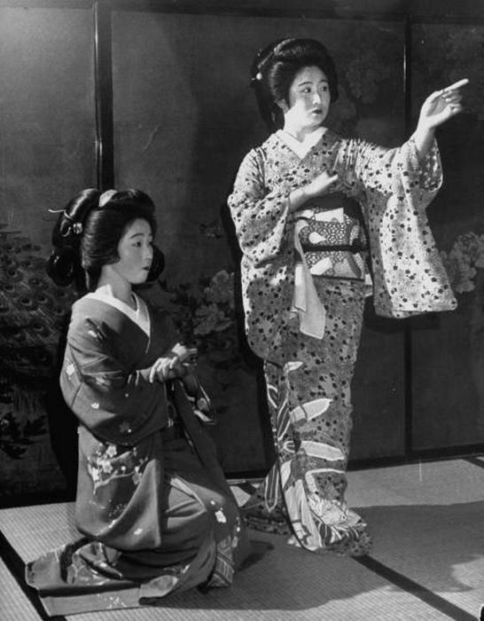 Гейши в традиционных кимоно.
