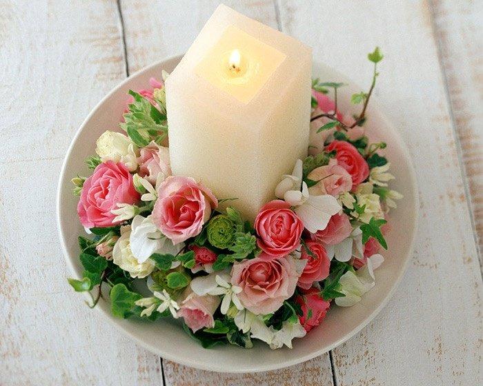 Нежное оформление свечи искусственными цветами