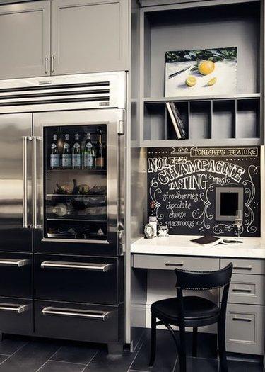 холодильник грифельной краской в интерьере