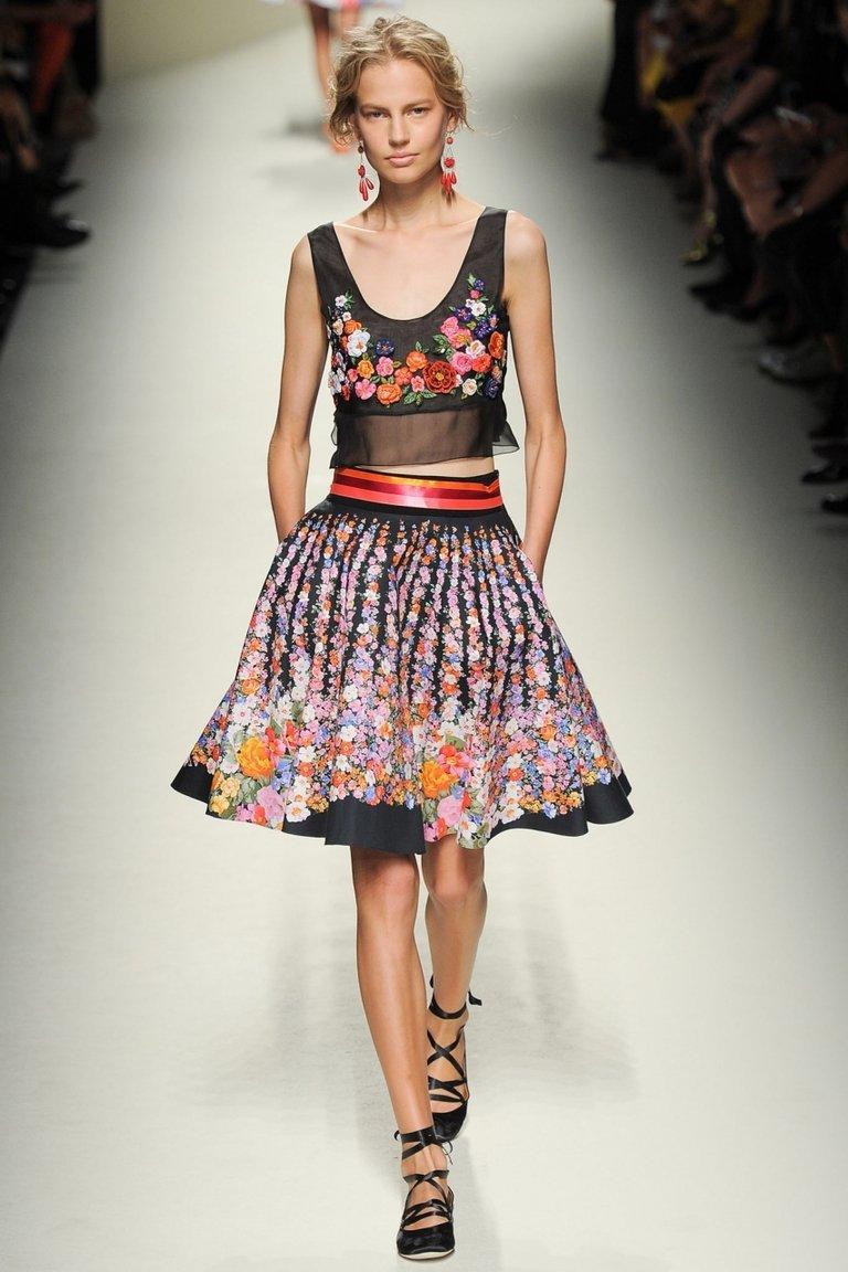 Шикарная разноцветная юбка – фото новинка в коллекции Alberta Ferretti с укороченным цветочным топом.