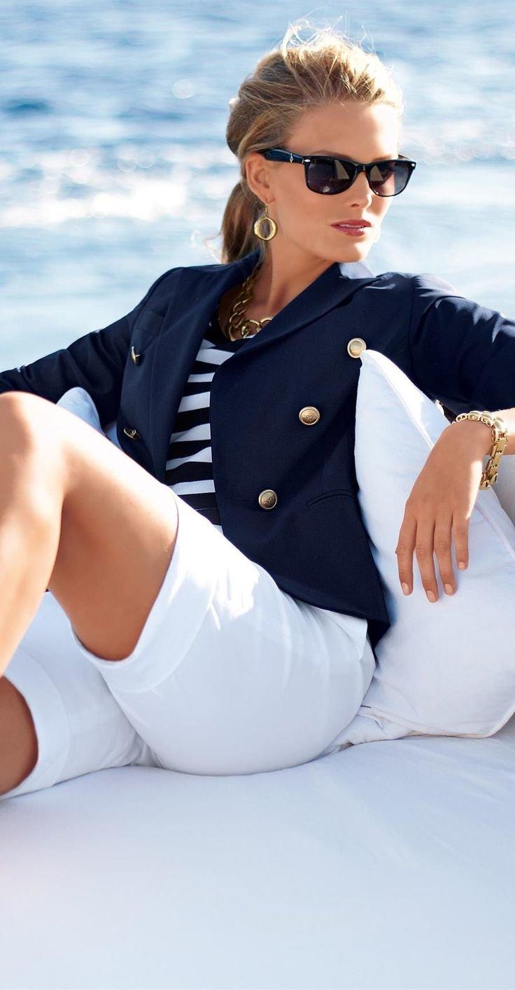 Синий блейзер: классический элемент базового женского гардероба
