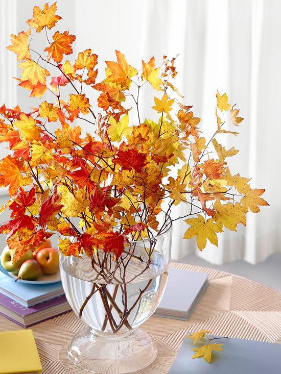 Яркие и разноцветные осенние листья красивы сами по себе, поэтому можно просто собирать их на улице и составлять в букеты. Красочные композиции лучше всего будут смотреться в простых вазах, например стеклянных или одноцветных.