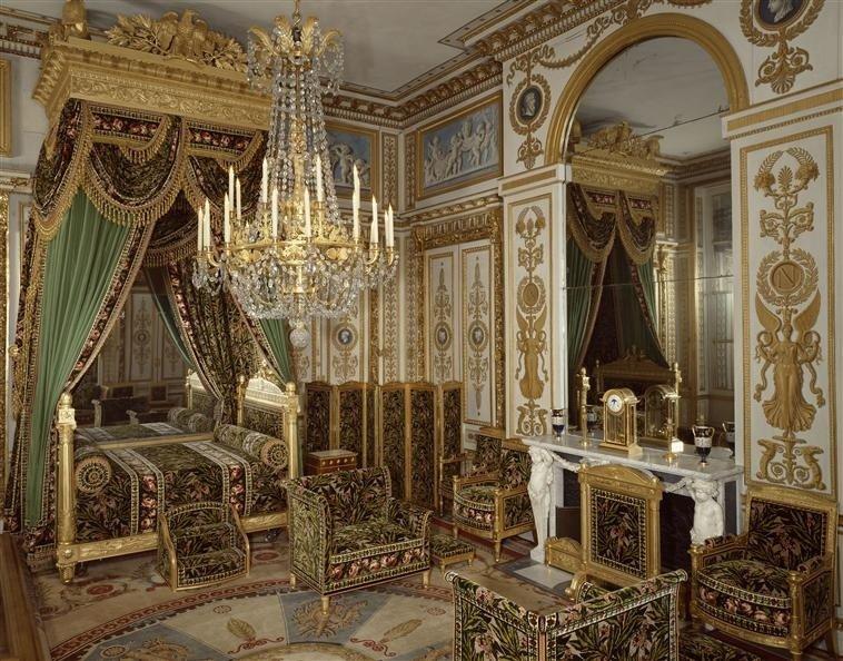 В дизайне интерьера используется богатый декор с мотивами военной эмблематики. Формы массивны и упрощены, подчеркнуты монументальность.