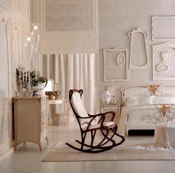 Кровать и комод с узором под лепнину с золотистыми деталями и кресло качалка