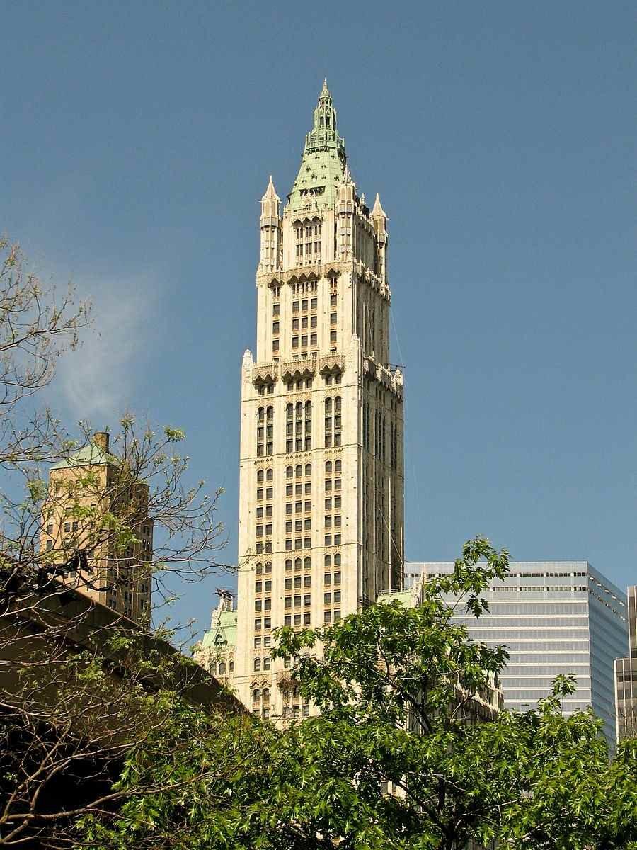 Небоскреб Вулворт-билдинг, имеющий высоту 241 метр и построенный в стиле неоготика
