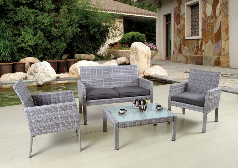 Комплект плетенной мебели для дачи.