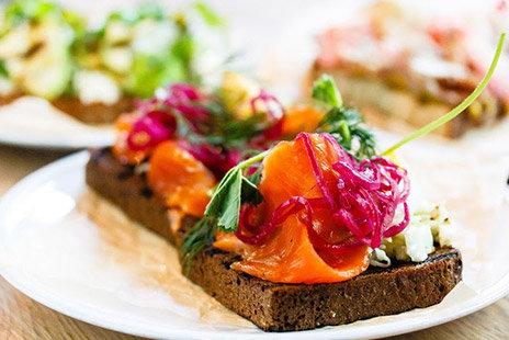 Бутерброд с красной рыбой и молодой капустой