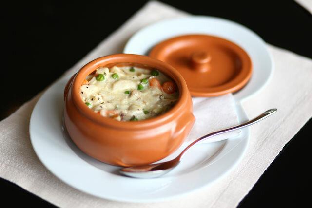 Этот рецепт вкусного блюда из кролика удачно дополнит свежая зелень