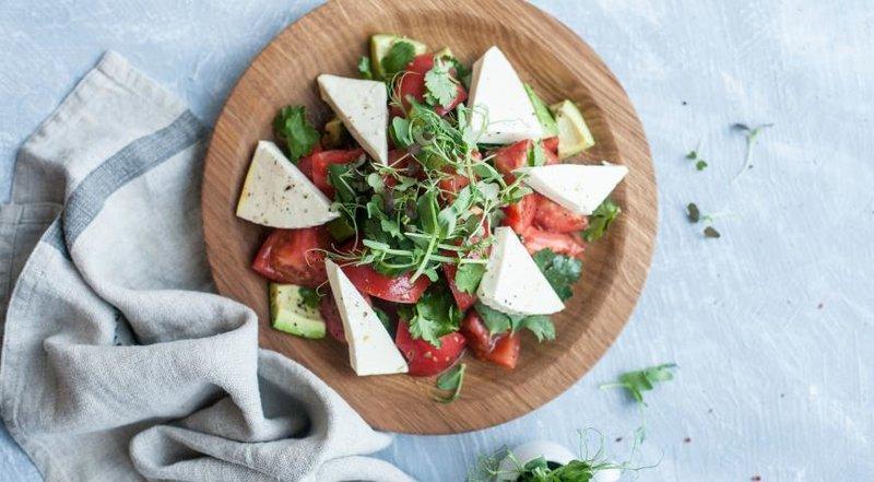Салат из помидоров с адыгейским сыром от Backstage