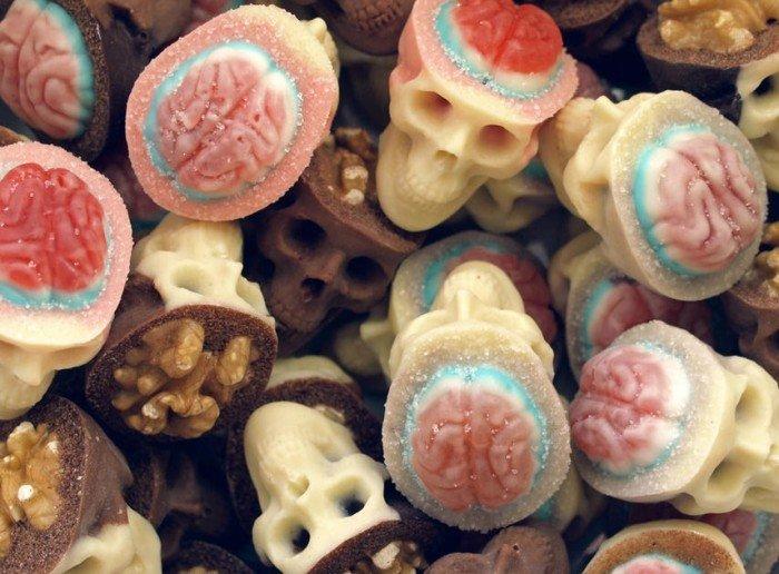 Васи.нет > Вкусные шоколадные черепа с «мозгами» из орехов и конфет (10 фото)