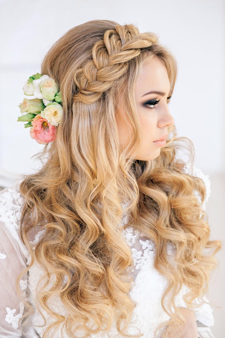 Свадебные прически с цветами - красивые варианты причесок для невест.