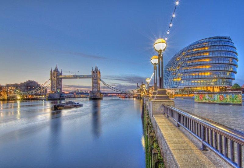Сити Холл на набережной реки Темзы.